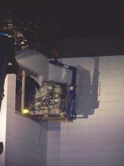 Mit dem Lastkran durch ein Fenster ins neue Filmlager IV