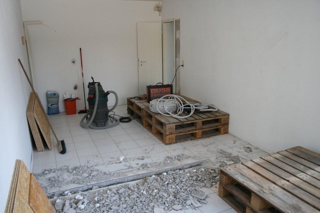 Graben im Estrich für Rohre vom Tonrack zu den Projektoren